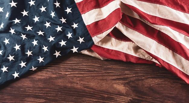 Концепция счастливого дня памяти из старинного американского флага на старом деревянном фоне