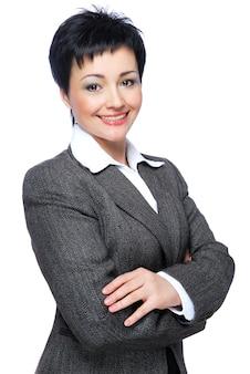 Счастливый средний взрослый бизнесвумен со скрещенными руками - на белом фоне