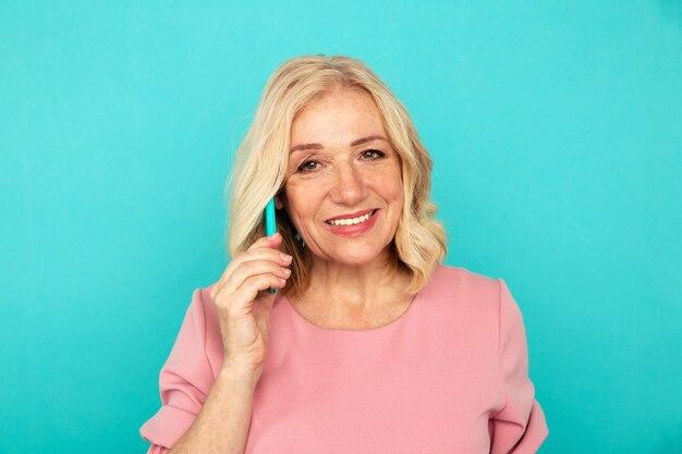 전화 서 얘기하는 여자 중반 행복