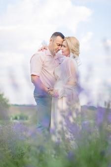 라벤더 밭에서 함께 낭만적인 순간을 포용하고 즐기는 행복한 중년 부부