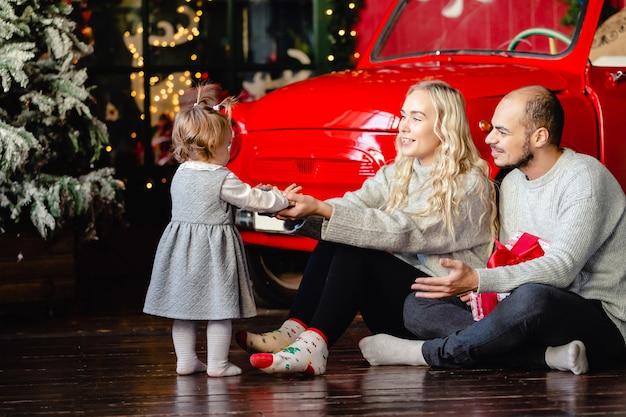 Счастливый современный рождественский семейный портрет в гостиной дома отдыха.
