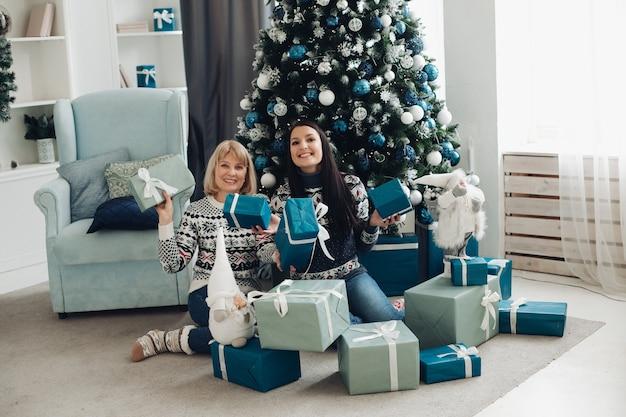 행복한 엄마와 딸이 크리스마스 선물을 풀다