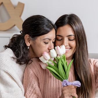 Счастливая мама и дочь с цветами