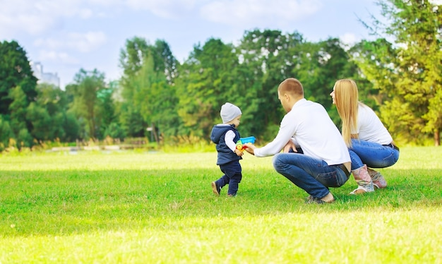 화창한 날에 산책에 행복 한 엄마 아빠와 아들