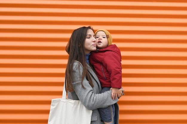 Счастливая мама с ребенком на апельсине