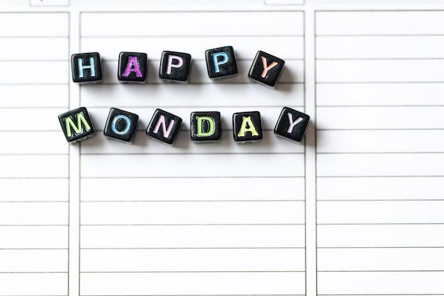 바탕 화면에 흰색 페이지 오픈 노트북에 블록의 행복한 월요일