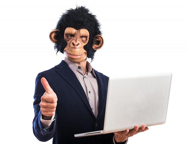 노트북을 들고 행복 원숭이 남자