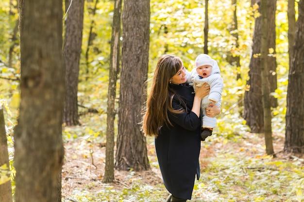 행복 한 엄마와 아기 가을 공원에서 야외.