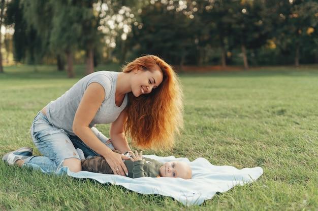 Счастливая мать и ребенок