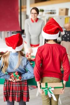행복 한 엄마와 크리스마스 선물을 교환하는 어린이
