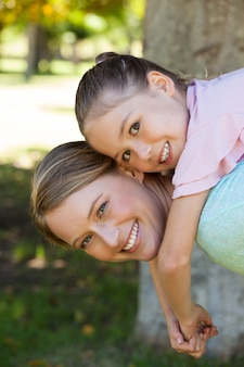 幸せな母と娘、公園で