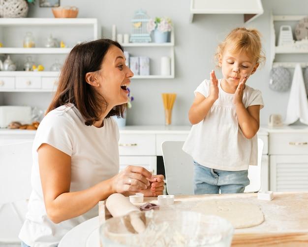 幸せな母と娘が一緒に料理