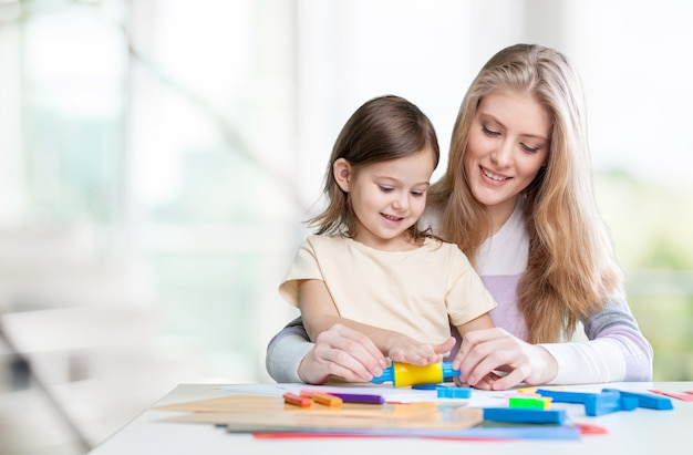 Счастливый рисунок матери и дочери