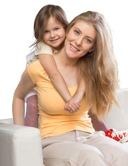 Счастливая мать и дочь обнимаются
