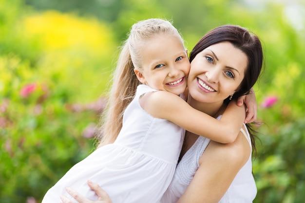 행복 한 엄마와 딸 포옹