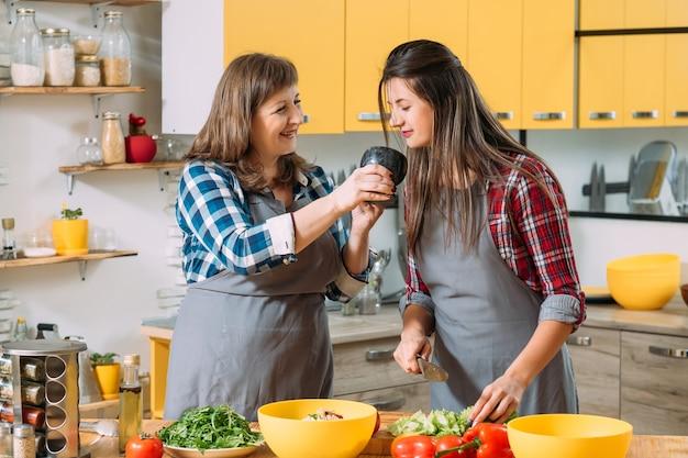 キッチンで幸せな母と娘