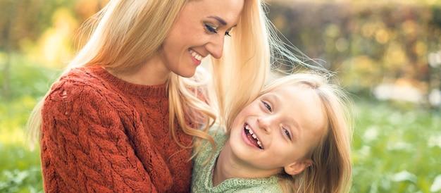 公園で幸せな母と娘