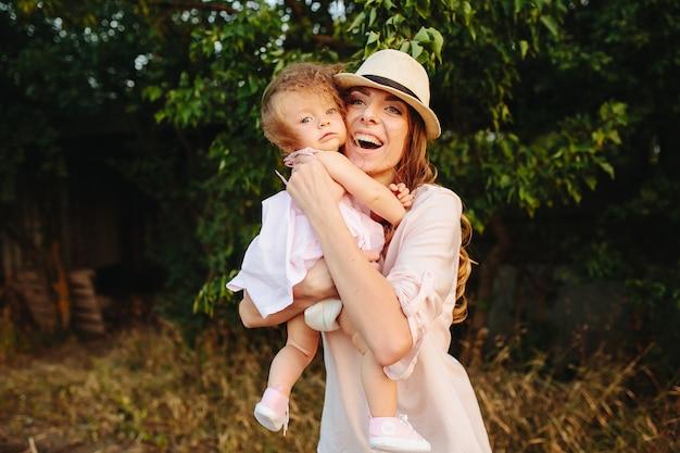 행복 한 엄마와 딸 야외에서 함께 웃 고