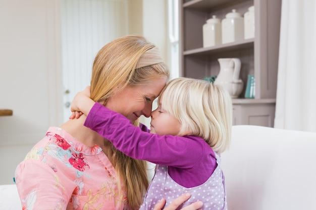幸せな母と娘がソファに