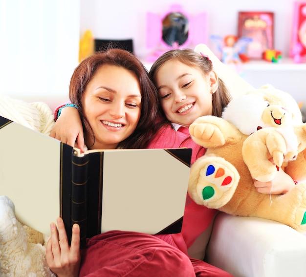 행복 한 엄마와 딸이 함께 책을 읽고