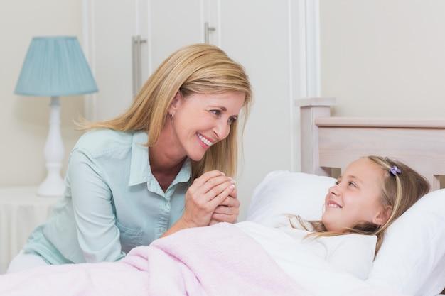 ハッピーマザーとお互いに笑っている娘