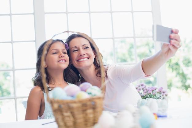 幸せな母と娘はセルフを取る