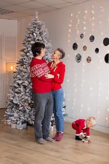息子の子供と冬休みを祝う愛の幸せな母と父