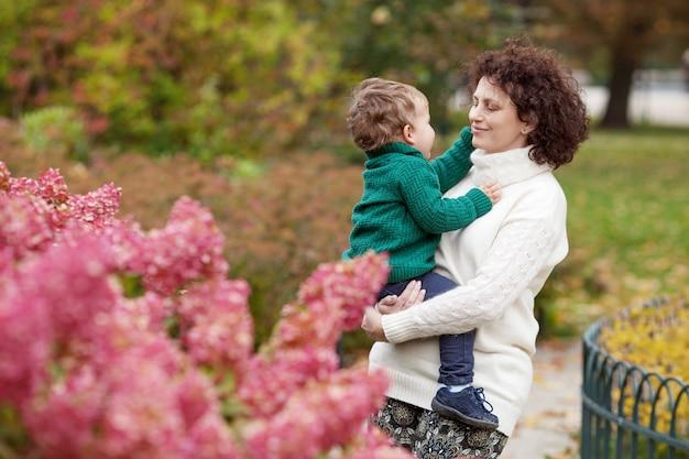幸せな母と彼女の小さな男の子公園で母と遊ぶ子供母と息子を抱きしめる