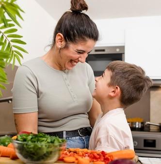キッチンで幸せな母と子