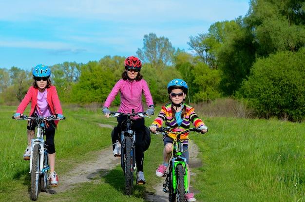 幸せな母と屋外サイクリング、アクティブな家族スポーツバイクの子供たち
