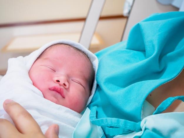 Счастливая мать и новорожденный после родов в больнице