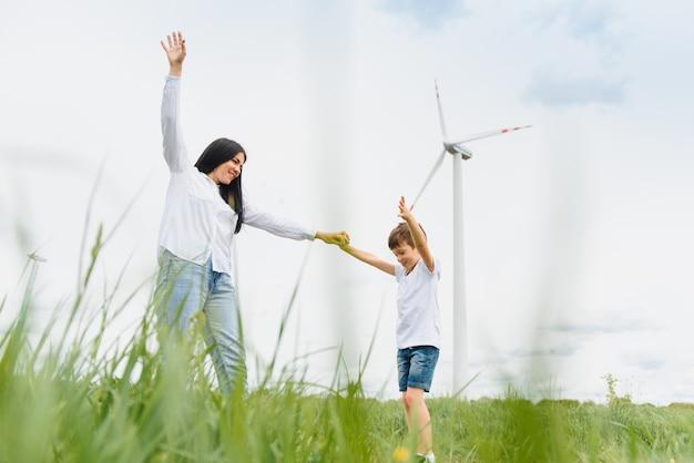 Счастливая мать и сын на ветряной электростанции