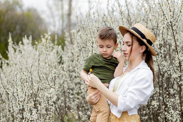 Счастливая мать и сын весело вместе. мать нежно обнимает сына. я