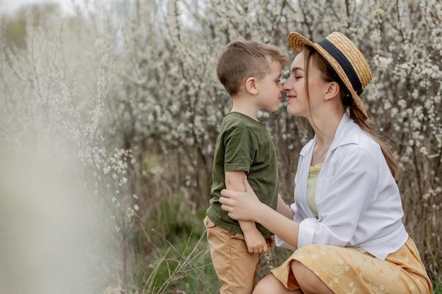 幸せな母と息子が屋外で一緒に楽しんでいます