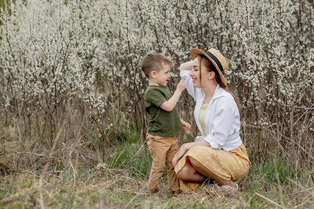 Счастливая мать и сын весело вместе.