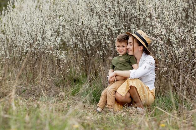 Счастливая мать и сын веселятся вместе