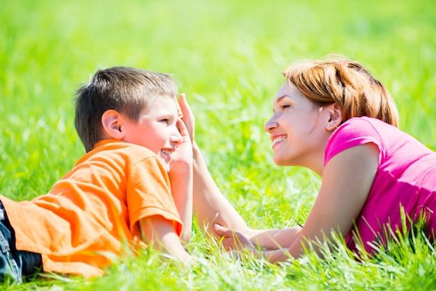 행복 한 어머니와 아들이 공원에서