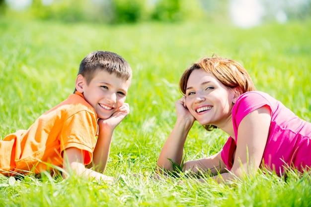公園で幸せな母と息子