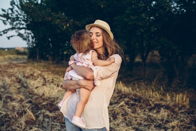 Madre felice e figlia che ridono insieme all'aperto