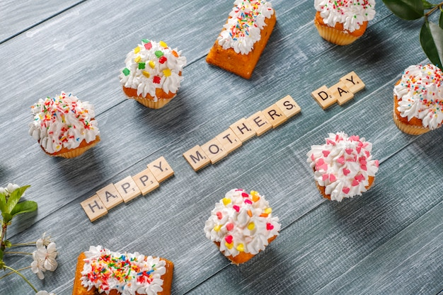 Вкусные домашние кексы с различными кроплениями и словами happy mother day