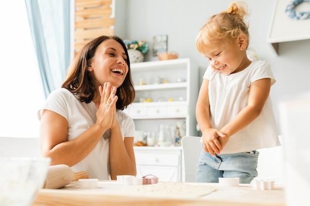Счастливая мать, глядя на милую девочку