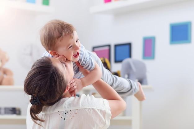 家で男の子と遊ぶ幸せな母