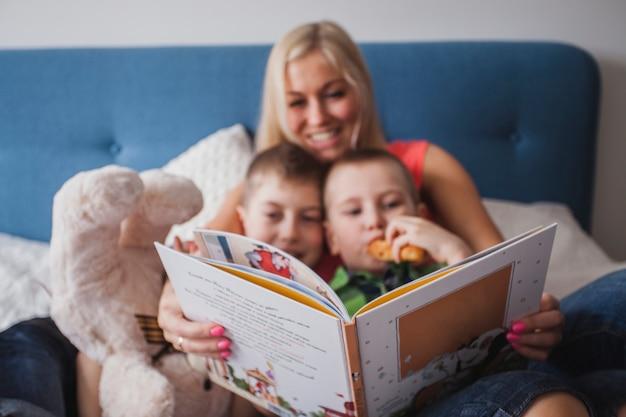 그녀의 아이들과 함께 책을 읽고 행복 한 어머니