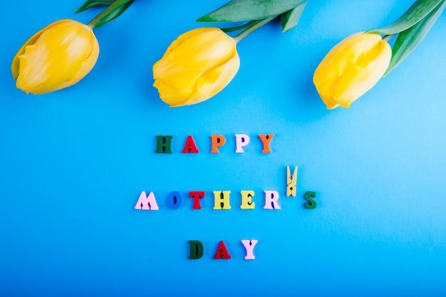 С днем матери надпись с желтыми тюльпанами