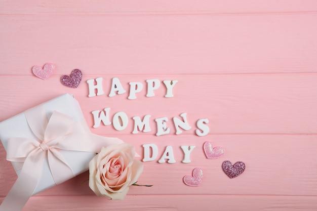 幸せな母の日ピンクの装飾、ピンクの背景に花とギフト