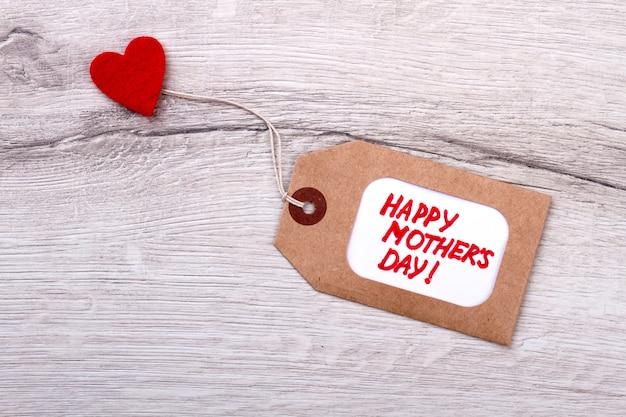 해피 어머니의 날 태그입니다. 나무에 태그와 심장입니다. 수제 인사말 레이블입니다. 어머니의 날에 사랑을 선물하세요.