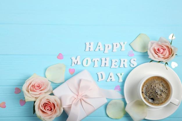 Счастливый день матери текст с розами, сердцами и подарками на синем фоне