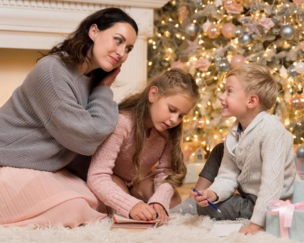 クリスマスに彼女の子供たちと時間を過ごす幸せな母親