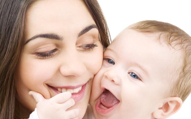 白の上の赤ちゃんと幸せな母