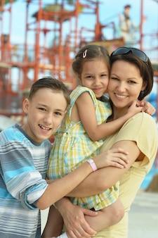 休暇リゾートでリラックスした子供たちと幸せな母
